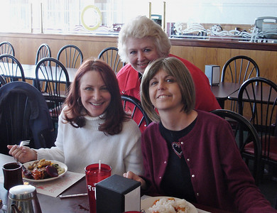 Cla, Lis & Kelly at the Chinese Buffet.
