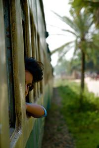 Pige i toget på vej til Srimangal, Bangladesh