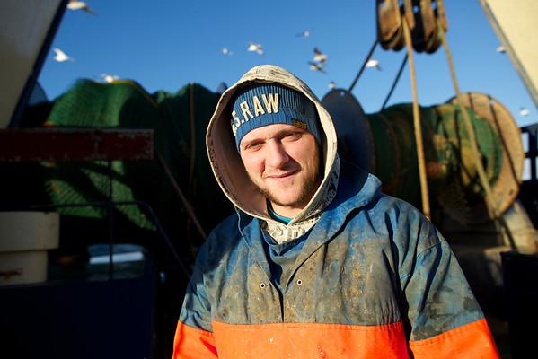 L757 Aaltje Postma har 5 mand ombord, en af dem er Daniel. Han bor i Thyborøn sammen med sin kone og 2 børn. Daniels far er skipper på kutteren.