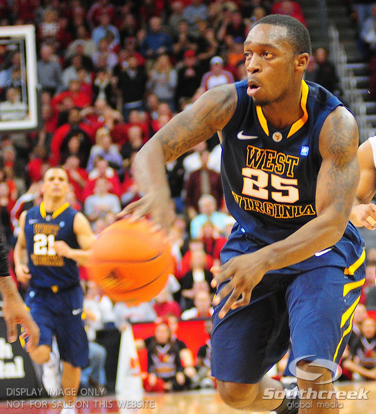 West Virginia Mountaineers guard Darryl Bryant (25) with a pass.  Louisville Cardinals defeated West Virginia Mountaineers 55-54  at the KFC Yum Center in Louisville, Kentucky.