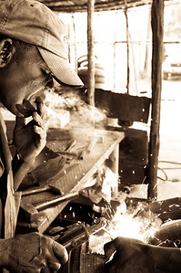 2009-17 Beira - Welding of an ironring for a traditional drum.