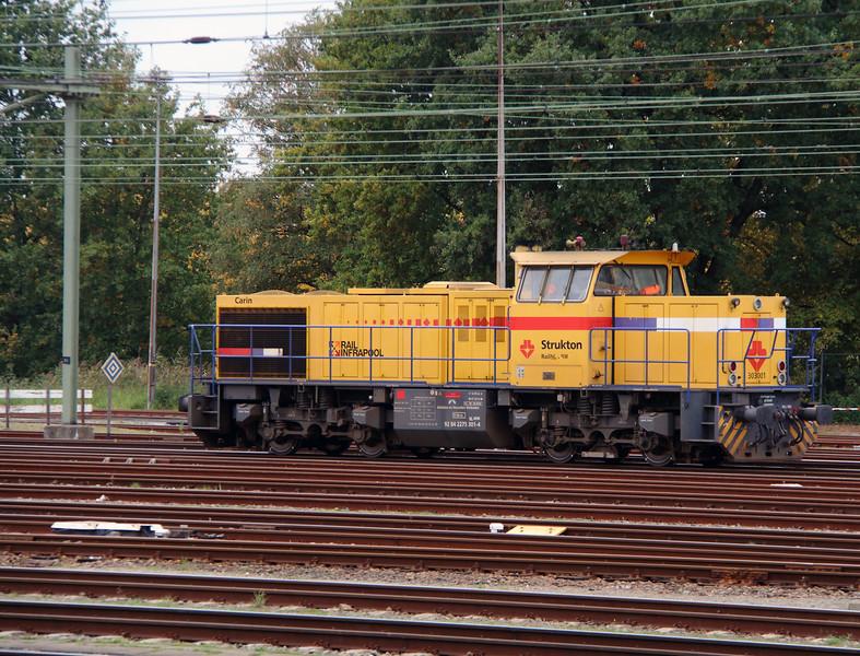 Strukton, 303001 (92 84 2275 301-4 NL-SRM) at Roosendaal on 24th Ocotber 2015