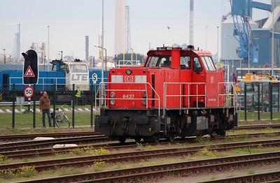 6437 (92 84 2006 437-2 NL-RN) at Botlek Yard on 24th October 2015 (1)