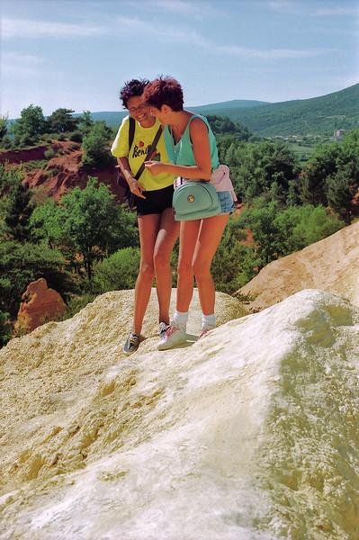 Isa et Myriam, deux cousines un peu instables … - Colorado provençal - Vaucluse - France