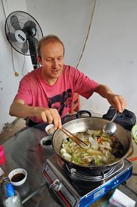 Pascal à la manœuvre de la fondue - Yunnan - Chine