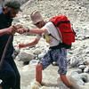 Pascal aux prises avec la Braldu, aidé par Rasul - Gilgit-Baltistan - Pakistan
