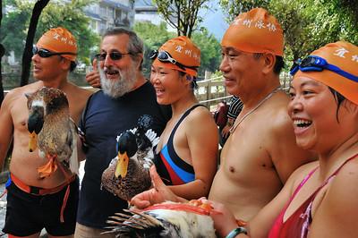 Lingyun - Jean-François et les lauréats du concours 'Attraper le canard' - Guangxi - Chine