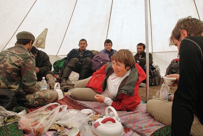 La tente-mess, refuge sous la pluie - Sughd - Tadjikistan
