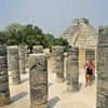 Chichén Itzá - Sylvaine dans le groupe des Mille colonnes - Yucatán - Mexique