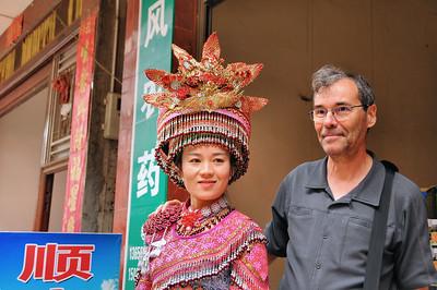 Marché de Jiahanjing - Avec une Miao à la coiffe imposante - Yunnan - Chine
