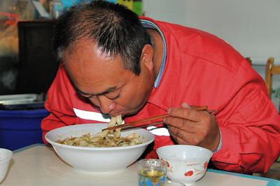 Aba - Lu Cai, le chauffeur, en immersion dans les nouilles - Sichuan - Chine