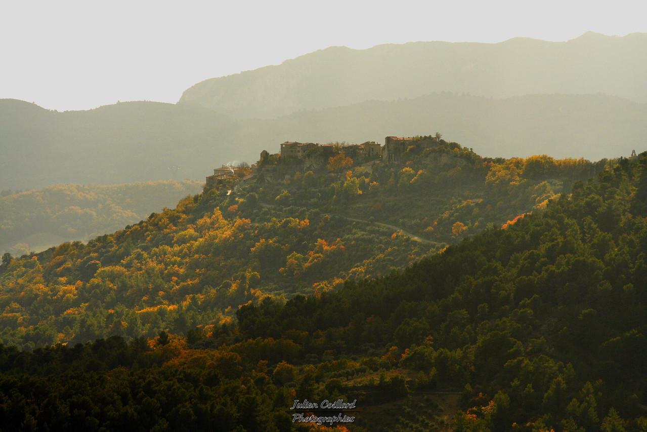 20-11-2005 Alpes de Hte Provence Village de Lurs depuis Ganagobie