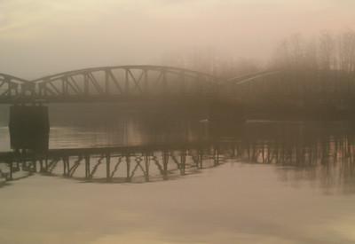 Verdal jernbanebro i tåke  Verdal railway bridge in fog (Foto: Ståle)