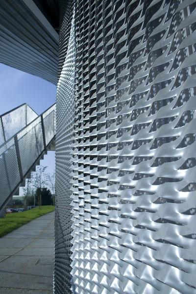 JustFacades.com polideportivo el Burgo Burgelu-fachada-expandido-galvanizado lacado-ro200x40x17-79 (3).jpg