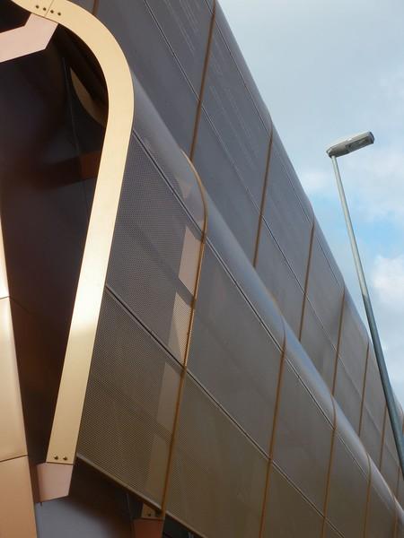 JustFacades.com Artika-Edif Oficinas Navara-perforado-aluminio-lacado color cobre-20 (3).JPG
