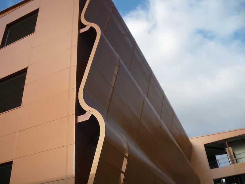 JustFacades.com Artika-Edif Oficinas Navara-perforado-aluminio-lacado color cobre-20 (12).JPG