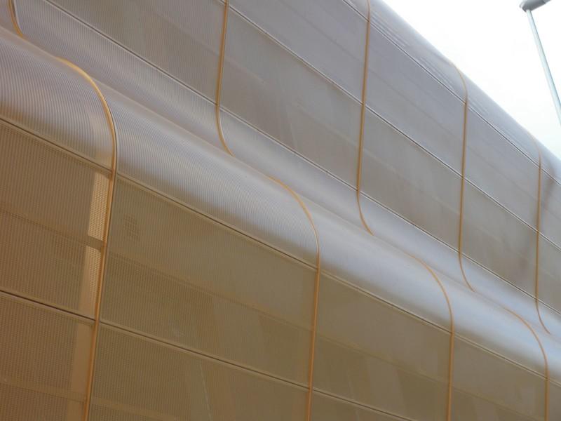 JustFacades.com Artika-Edif Oficinas Navara-perforado-aluminio-lacado color cobre-20 (2).JPG