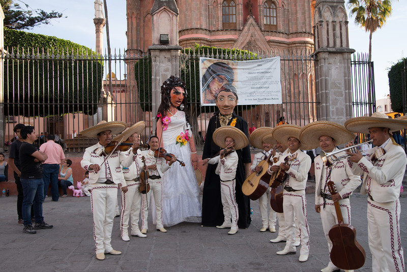Street Performers in front of the Parroguia