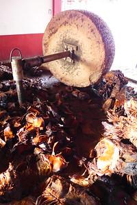 Mezcak: traditionelles Mahlen der Agavenherzen