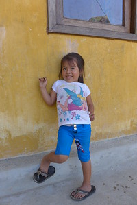 Finca Peru Paris; Mädchen vor dem Schulhaus der Finca