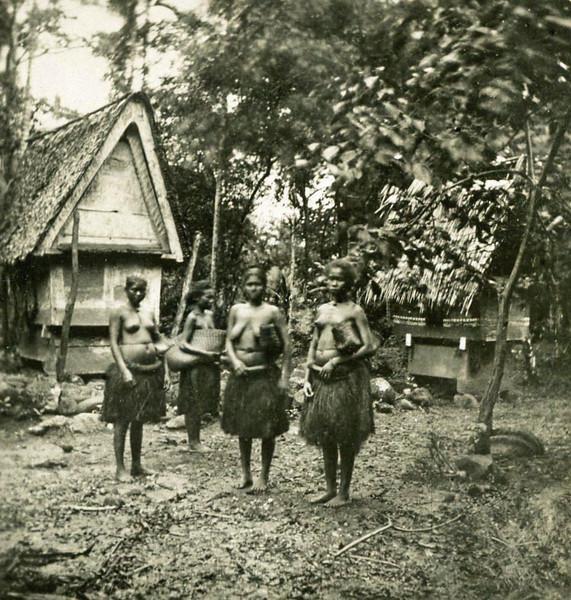 Koror, Palau:  Four women (Kurt Boeck, 1900)