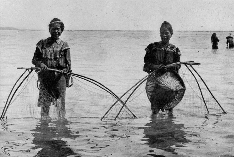 Net-fishing in the Chuuk Lagoon, 1921 (Junius B. Wood)