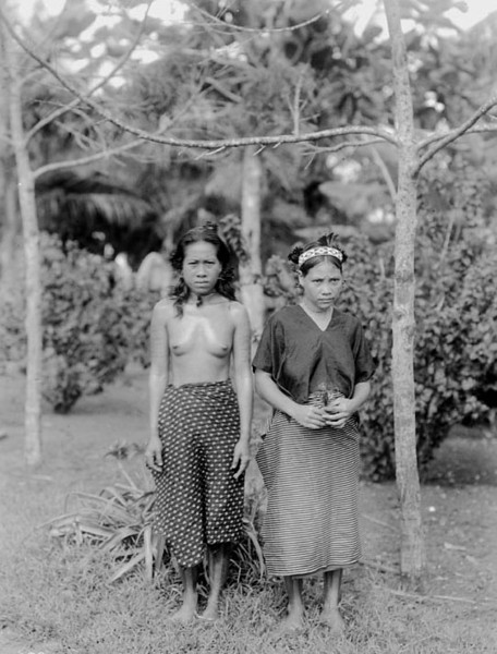 Pohnpei, 1899:  Photograph by Henry Clifford Fassett of two you women from Ronkiti Village