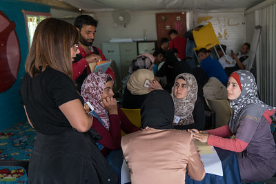 Bayan Abu Al-Rub, author of the MOM-MINT Blog and a social media influencer, with Syrian youth taking part in a fashion design workshop in Za'atari Refugee Camp, at Start-Up Za'atari, an event hosted by UNICEF and The One Foundation.