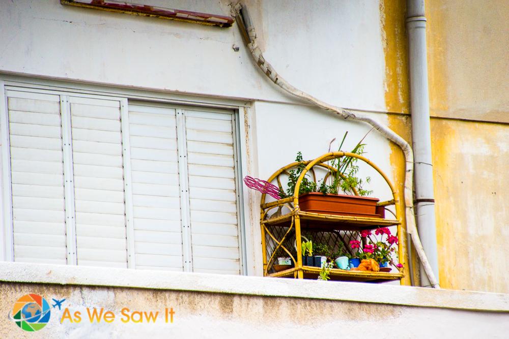 Splash of color on a balcony - Balfur
