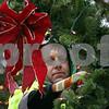 dnews_1121_Wreath_Hanging_03