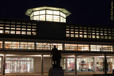 John M. Olin Library, main entrance and George Washington statue; Whispers Cafe on right.