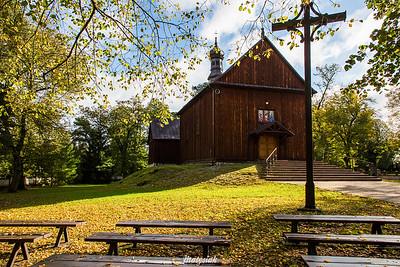 Modrzewiowa świątynia jesienią