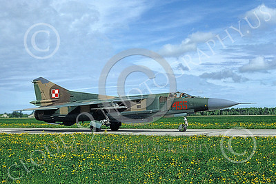 MiG-23 00073 A taxing MiG-23 Flogger Polish Air Force 455 7-1991 military airplane picture by H J van Broekhulzen