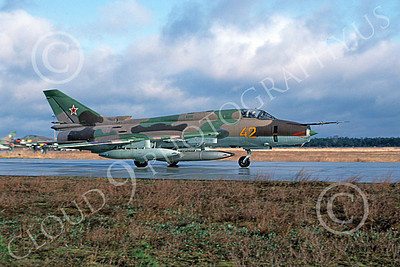 Su-17 00019 A taxing Sukhoi Su-17 Fitter Soviet Air Force 42 3-1994 military airplane picture by Wilfried Zetsche