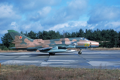 Su-17 00035 A taxing Sukhoi Su-17 Fitter Soviet Air Force 23 9-1991 military airplane picture by Wilfried Zetsche