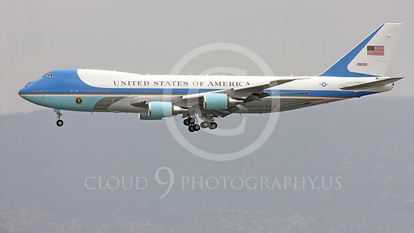 VC-25A 00007A Left side profile of a flying USAF VC-25A, 28000, a Boeing 747-200B, aka Air Force One, on final approach to land at SFO, military airplane picture, by Peter J Mancus