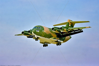 YC-15 002 A landing SEAsia cam McDonnell Douglas YC-15 prototype STOL lighweight USAF tactical transport-cargo aircraft, 1876, 9-1976 Farnborough, military airplane picture by Stephen W  D  Wolf   CCC_5736   Dt