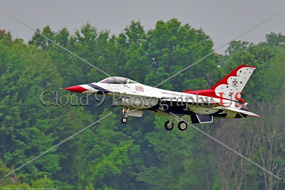 TB-F-16 0092 The USAF's Thunderbirds' team leader, Lt Col Kevin Walsh, Number One, lands at the 2018 Thunder Over Michigan Airshow, military aviation photography by Peter J  Mancus     851_0264     DWT