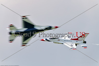 TB-F-16 0008 The two USAF Thunderbird F-16 solo pilots do the opposing pass at the 2018 Thunder Over Michigan airshow, military aviation photography by Peter J  Mancus     851_3249     DWT