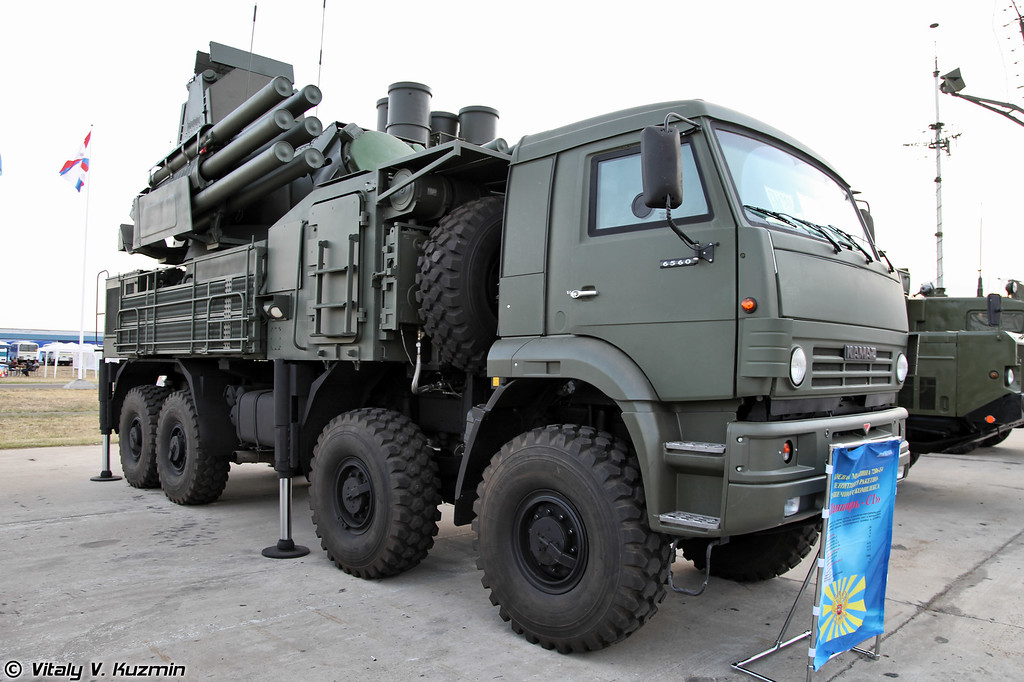 Боевая машина 72В6-Е4 с радиолокационным модулем станции обнаружения целей S-диапазона ЗРПК Панцирь-С1 (Pantsir-S1 system combat vehicle 72V6-E4 with new S-band radar)