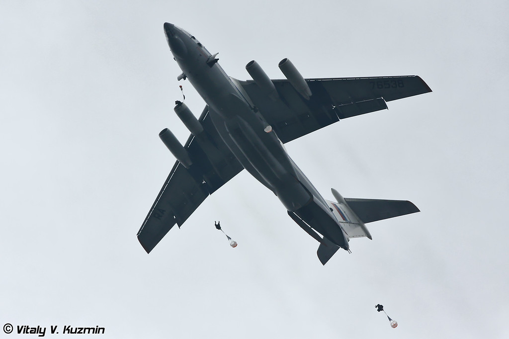 Десантирование из Ил-76 (Paratroopers dropping from IL-76)