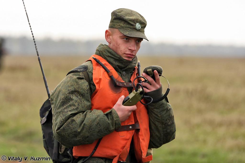 В характерные красные жилеты были одеты военнослужащие подразделения обеспечивающего проведение десантирования. (Units that were duty for landing support and help had red vests)