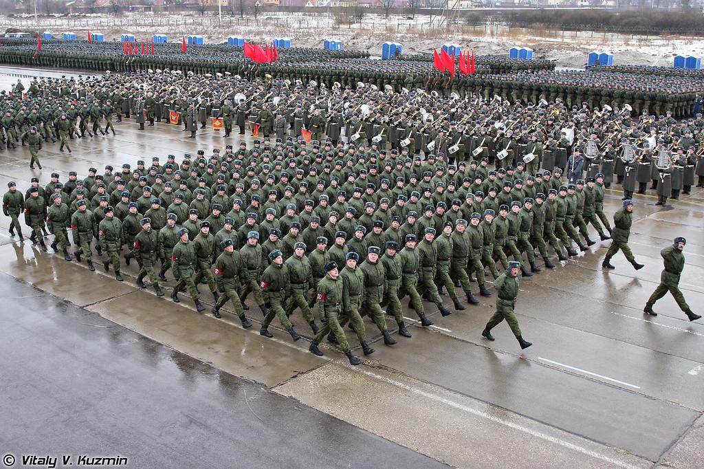 В прохождении торжественным маршем принимают участие офицеры от генерала до лейтенанта. (The officers from generals to lieutenants take part in the Parade.)