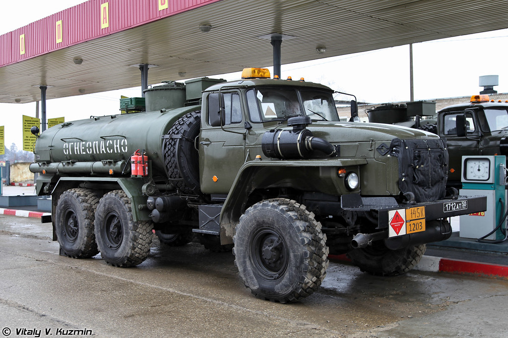 Топливозаправщик на шасси Урал-4320. (Refueling vehicle on Ural-4320 chassis.)