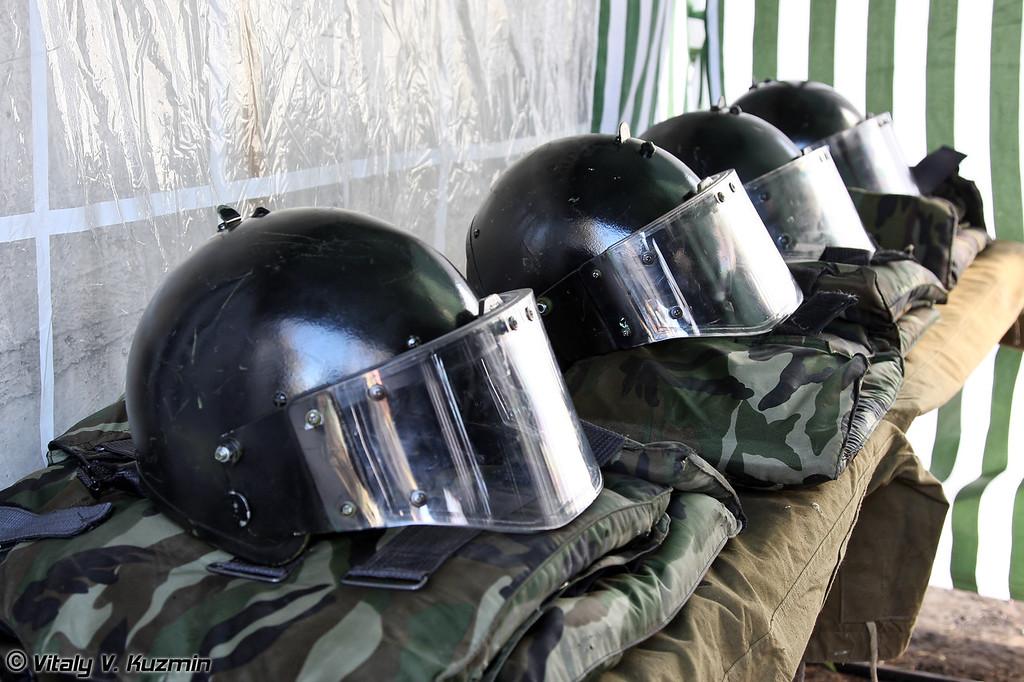 Упражнения по стрельбе проходят на время и в средствах защиты (Personal protection equipment for the teams members for the shooting exercise)