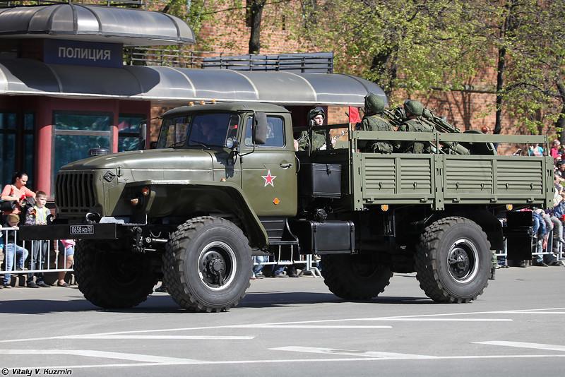 Урал-43206 с расчетом 120-мм миномета 2Б11 (Ural-43206 with 120mm 2B11 mortar)