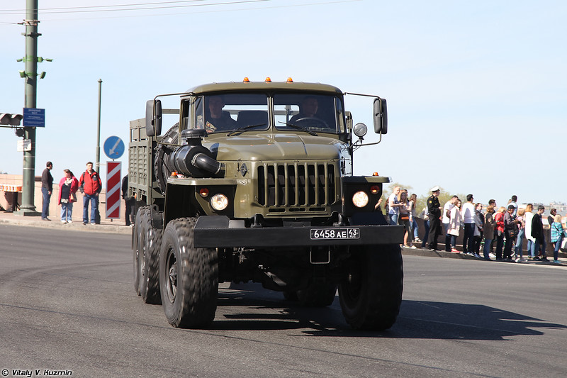 Урал-4320 с 122-мм гаубицей Д-30 (Ural-4320 with 122mm howitzer D-30)