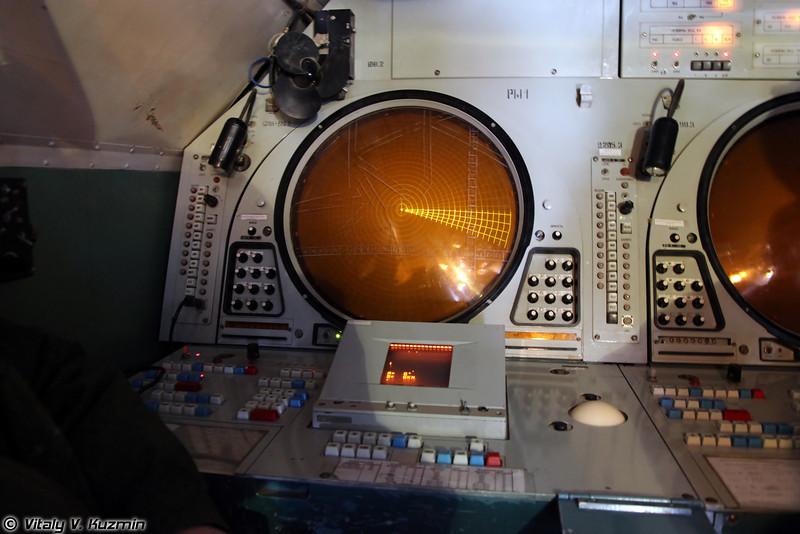 Пункт управления радиолокационного поста 9С467-1 ПОРИ-П1. Вид на рабочее место командира расчета 9С467-1. (9S467-1 PORI-P1 radar data fusion center. Commander place view.)