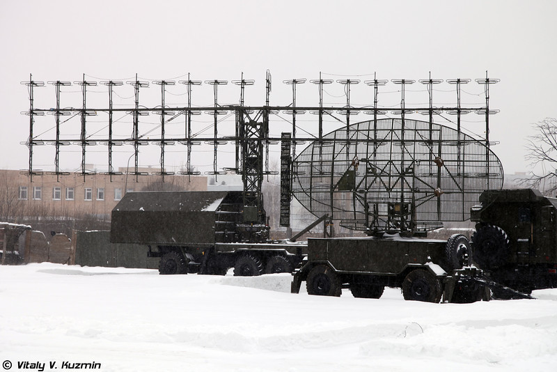 РЛС 1Л13 Небо-СВ. Вид на антенно-поворотное устройство РЛС и антенно-поворотное устройство наземного радиолокационного запросчика. (1L13 Nebo-SV deployed. Radar antenna and IFF interrogator.)