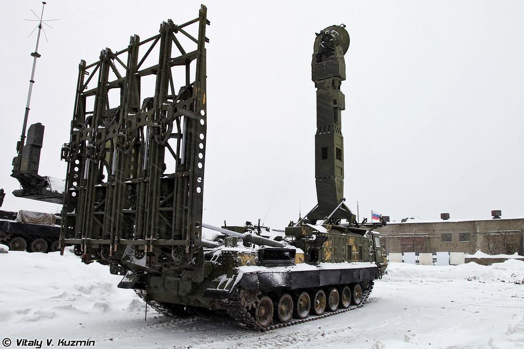 В состав батареи также входит так называемая поддежуривающая пусковая установка 9А83, которая при необходимости может быть заряжена ракетами в транспортно-пусковых контейнерах для дальнейшего заступления на дежурство (Reserve 9A83 TELAR)